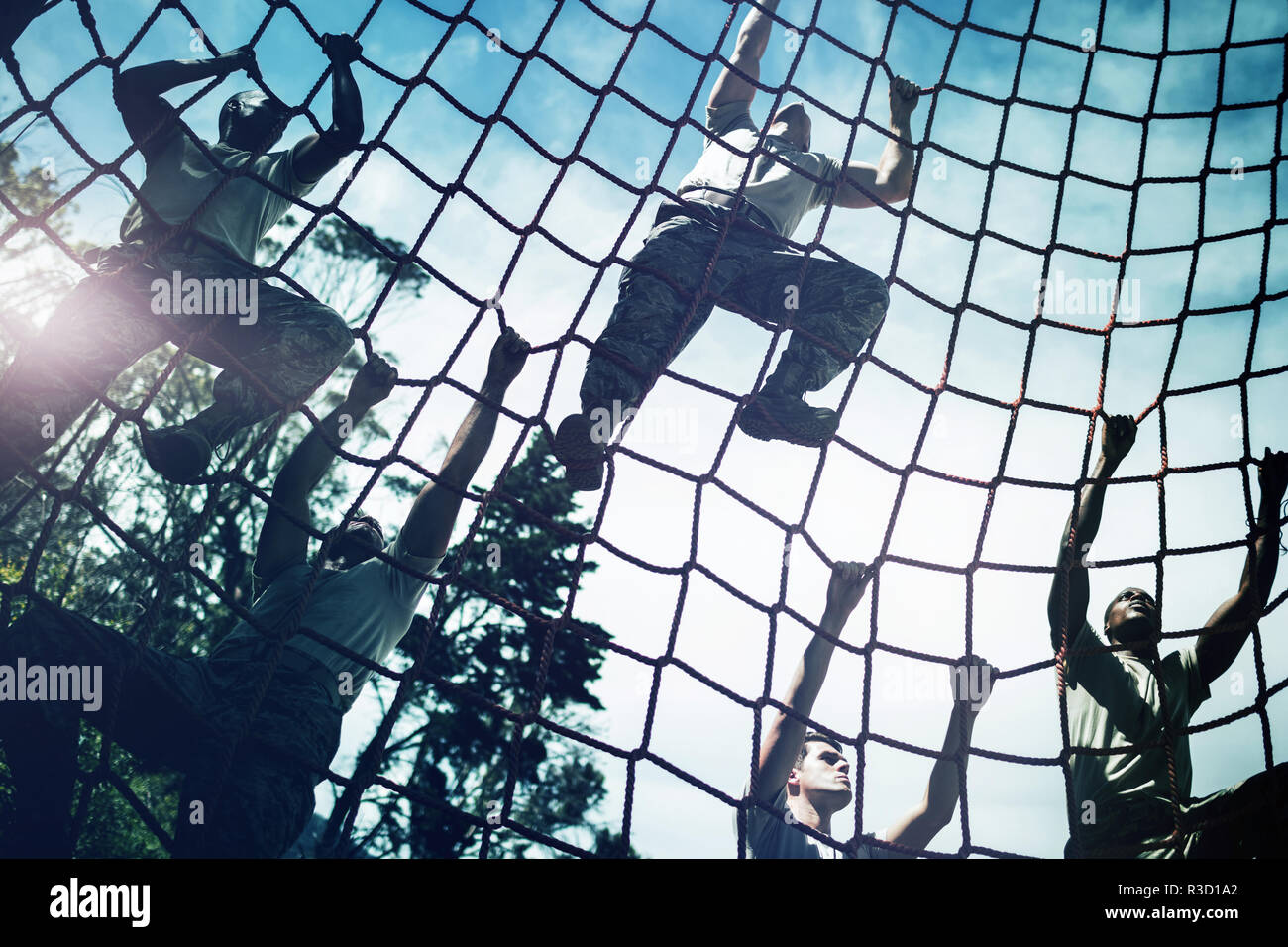 Los militares tipo cuerda de escalada durante la carrera de obstáculos Imagen De Stock