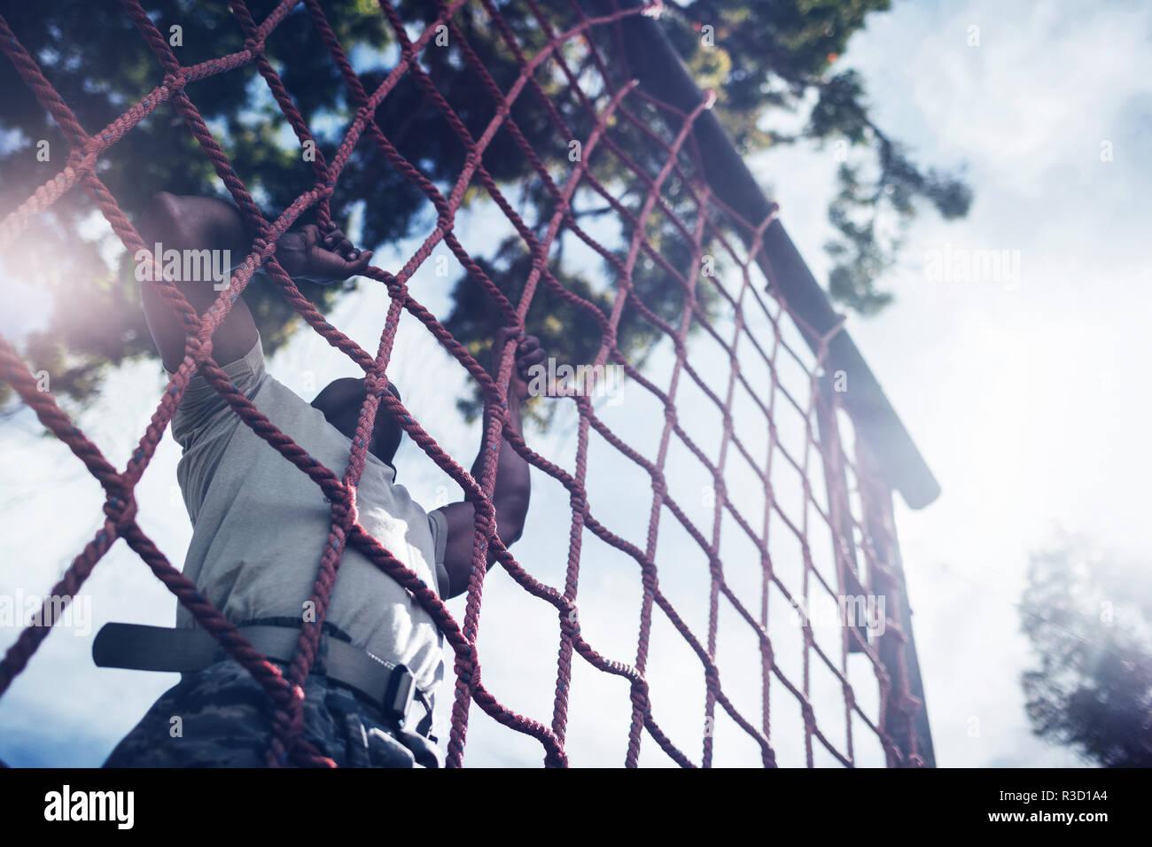 Cuerda de escalada soldado militar durante la carrera de obstáculos Imagen De Stock