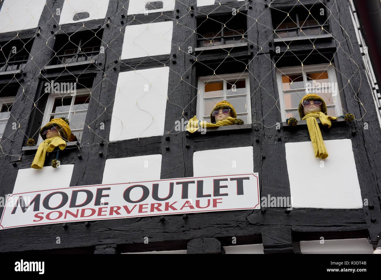 Tienda de moda decoraciones en Bad Münstereifel en Europa Alemania Imagen  De Stock cba9cfab188