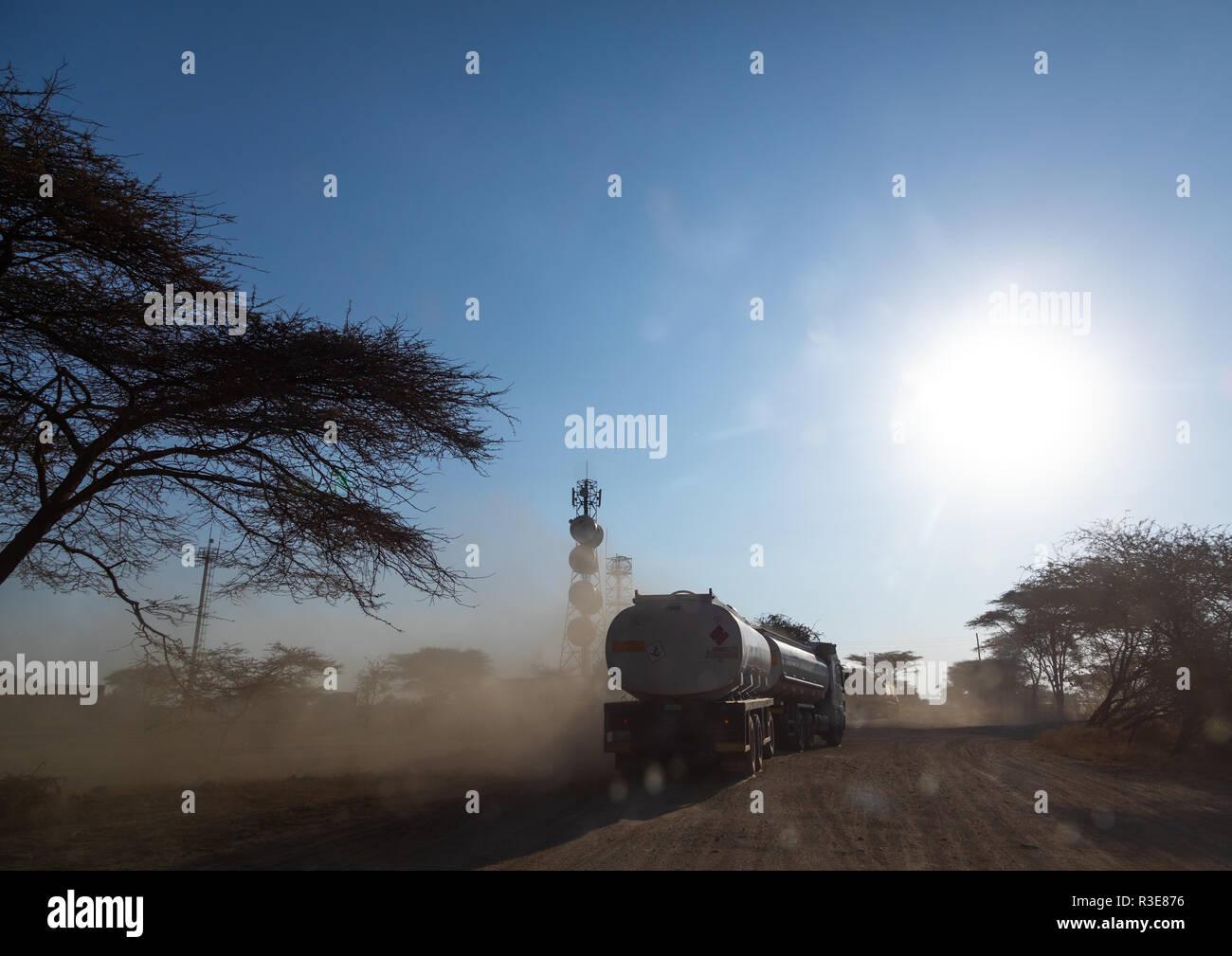 Los camiones que entran desde el puerto de Djibouti en una carretera polvorienta, Oromia, Awash, Etiopía Foto de stock