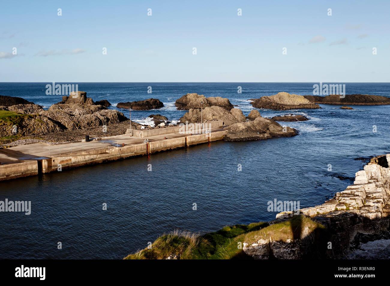 Mar entrada de Ballintoy Harbour condado de Antrim Irlanda del Norte utiliza en Juego de Tronos como lugar de filmación para las islas de hierro Foto de stock