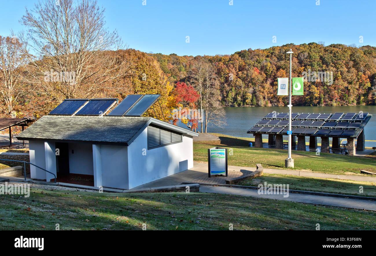 Calentadores solares de agua caliente en el baño, techo con paneles solares, en el fondo, facilitando Melton Hill Dam Recreation Area sostenible camping. Imagen De Stock