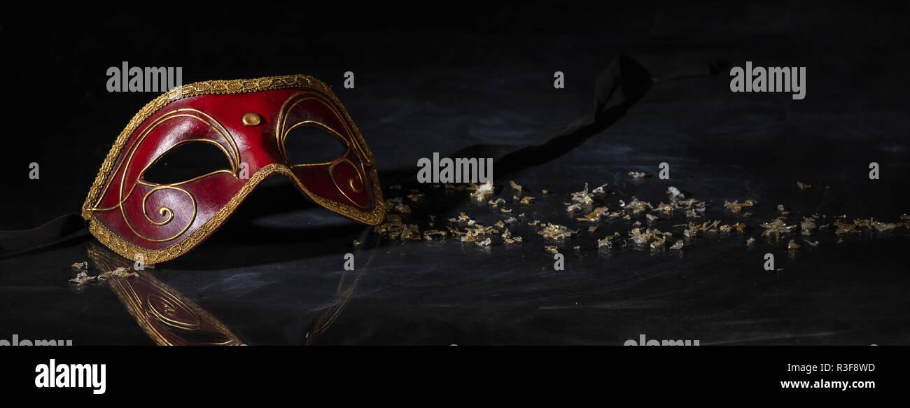 cdfc9ffe52fd5 La época de carnaval. Máscara veneciana de color rojo y dorado sobre fondo  negro