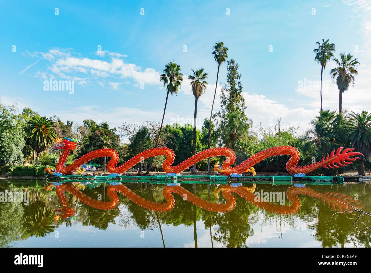 Los Ángeles, 17 de noviembre: Mañana vista de la colorida dragon linterna Moonlight Forest Festival en nov 17, 2018 en Los Angeles Foto de stock