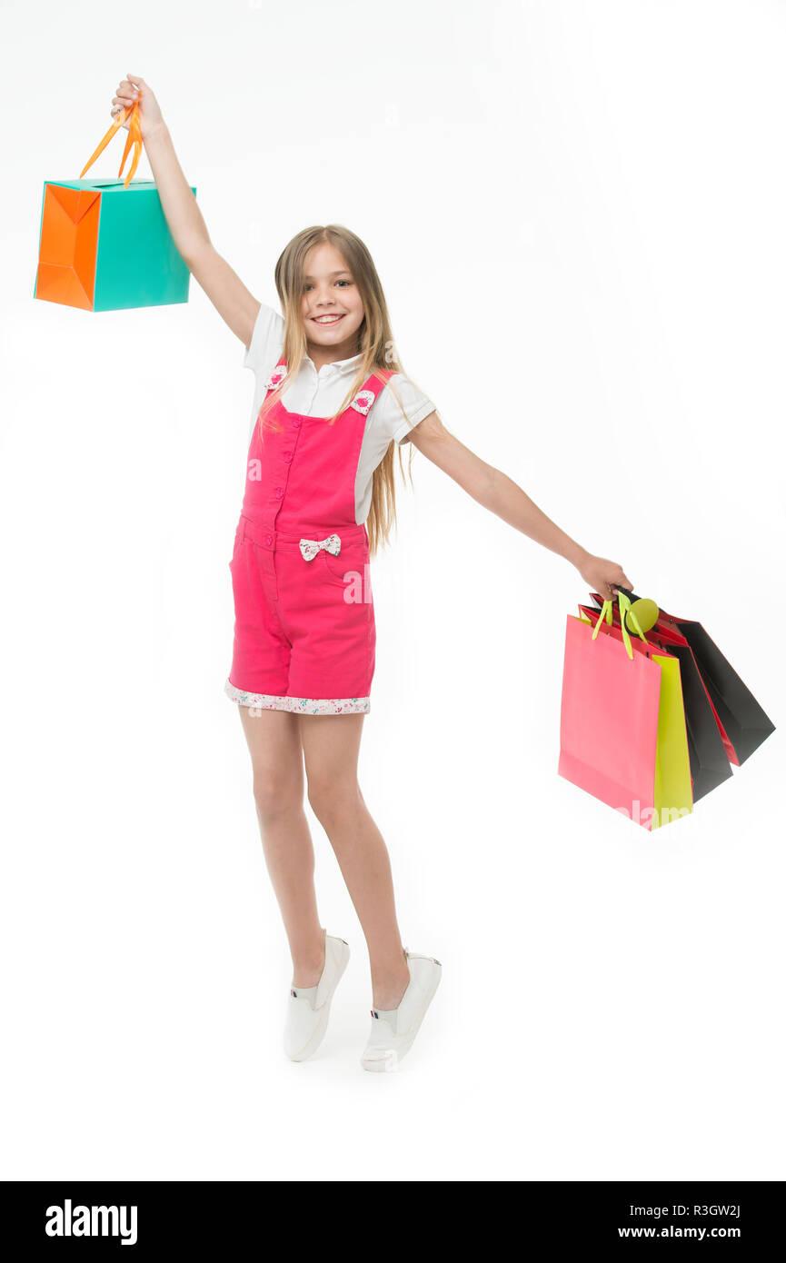 f24d8986555 Los mejores consejos para smart kid comprar ropa. Chica linda adolescente  lleva la bolsa de compras. Kid compró ropa venta de verano. Ventajas de  fidelidad.