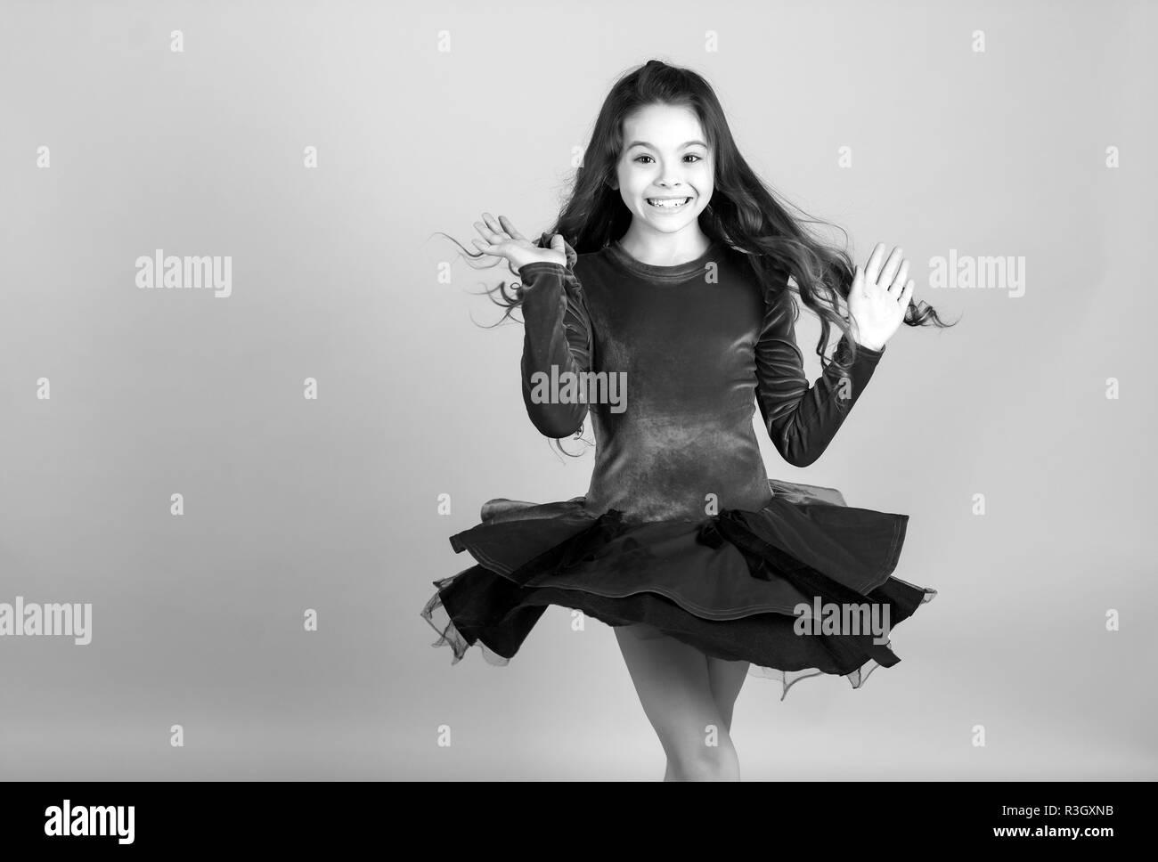 ee91f91939 Just Dance. Chica bailarina spin en el vestido rojo fondo azul. Niño feliz  sonrisa