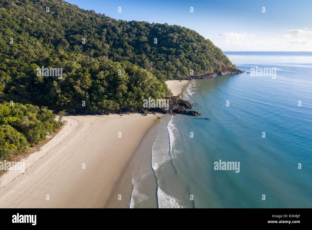 Vista aérea de Noé Daintree playa ubicada en la costa norte de Cairns. La selva tropical se encuentra con el océano en esta sección prístino de la zona costera en la Reina Foto de stock