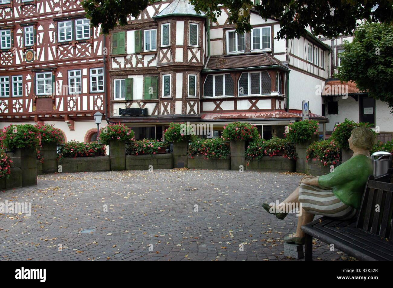 Instalación mujer sentada sobre el mercado en mosbach Foto de stock