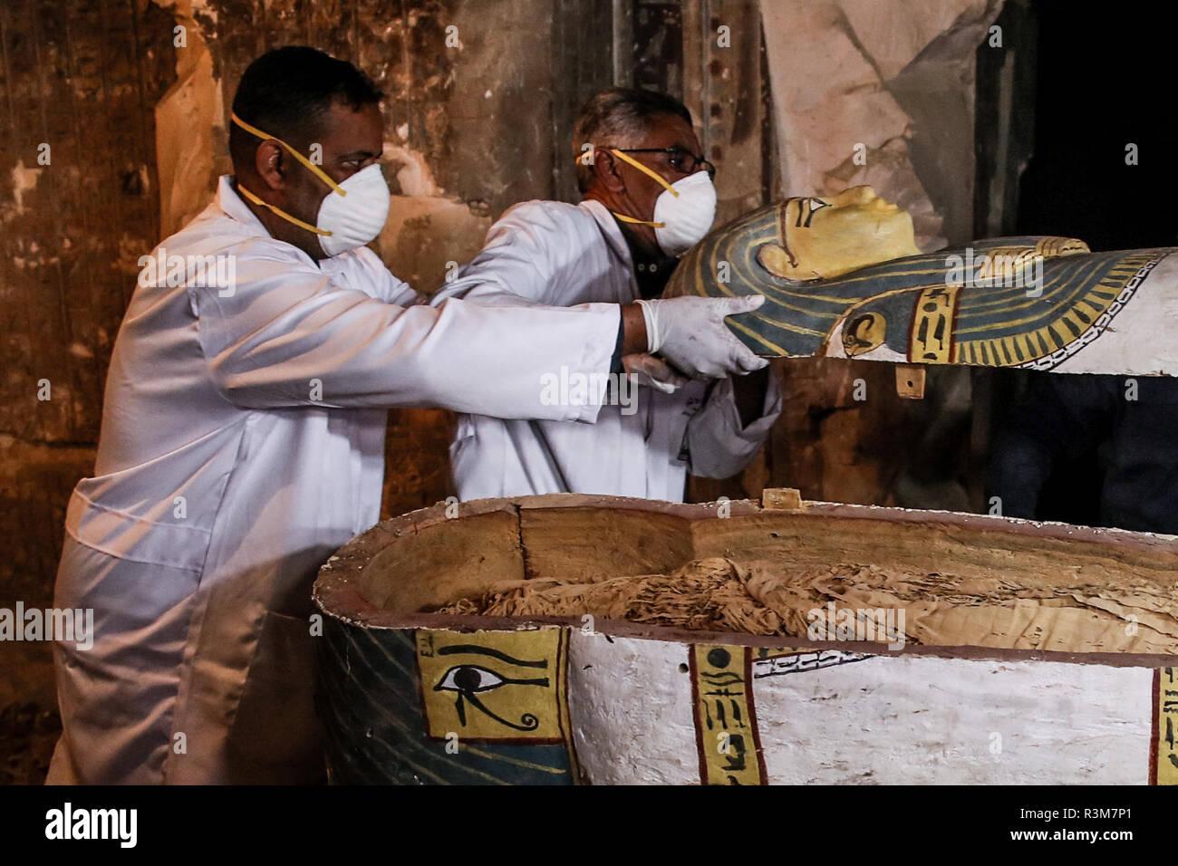 Luxor, Egipto. 24 de noviembre de 2018, Egipto, Luxor: inspeccionar un arqueólogo sarcophacos dentro de una tumba en la al-Assassif necrópolis. La tumba del capataz de la momificación Santuario ha sido desenterrados con su colección funerarios en Luxor, en la ribera occidental. Khaled El-Enany, Ministro Egipcio de Antigüedades, anunció que una tumba de Ramesside Thaw-Rakht-si, el crédito: dpa picture alliance/Alamy Live News Imagen De Stock