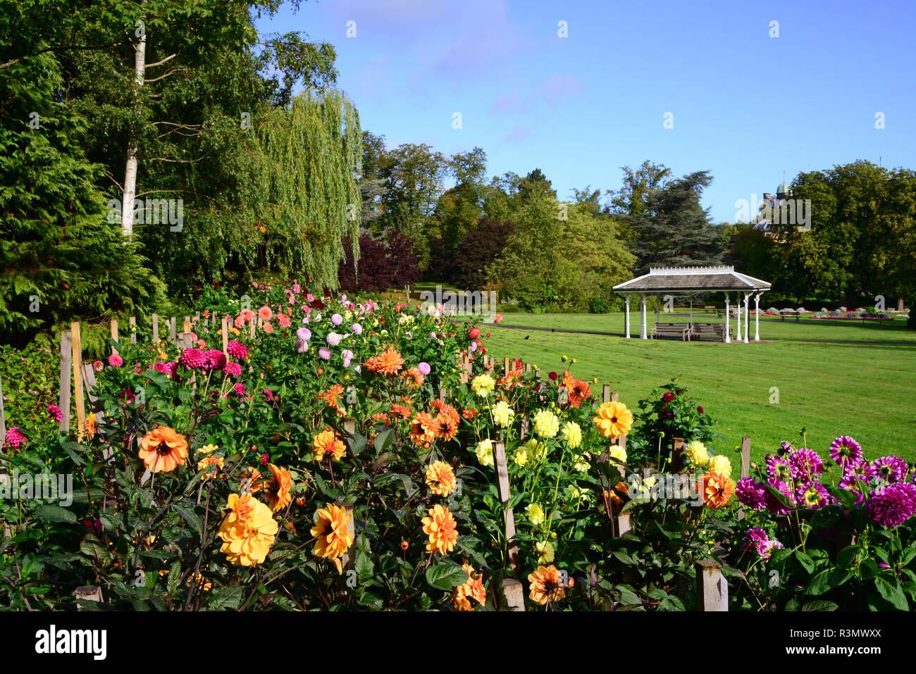 Pavillion en el parque de los jardines del valle de Harrogate Yorkshire, Reino Unido Foto de stock