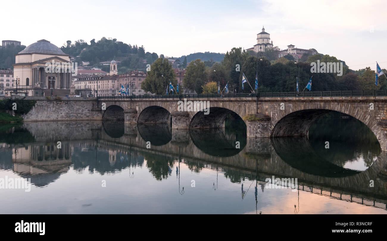Ponte Umberto I, puente sobre el río Po, en el centro de Turín, Italia. La Iglesia de la Gran Madre, Chiesa Gran Madre di Dio, puede verse opuesto. Foto de stock
