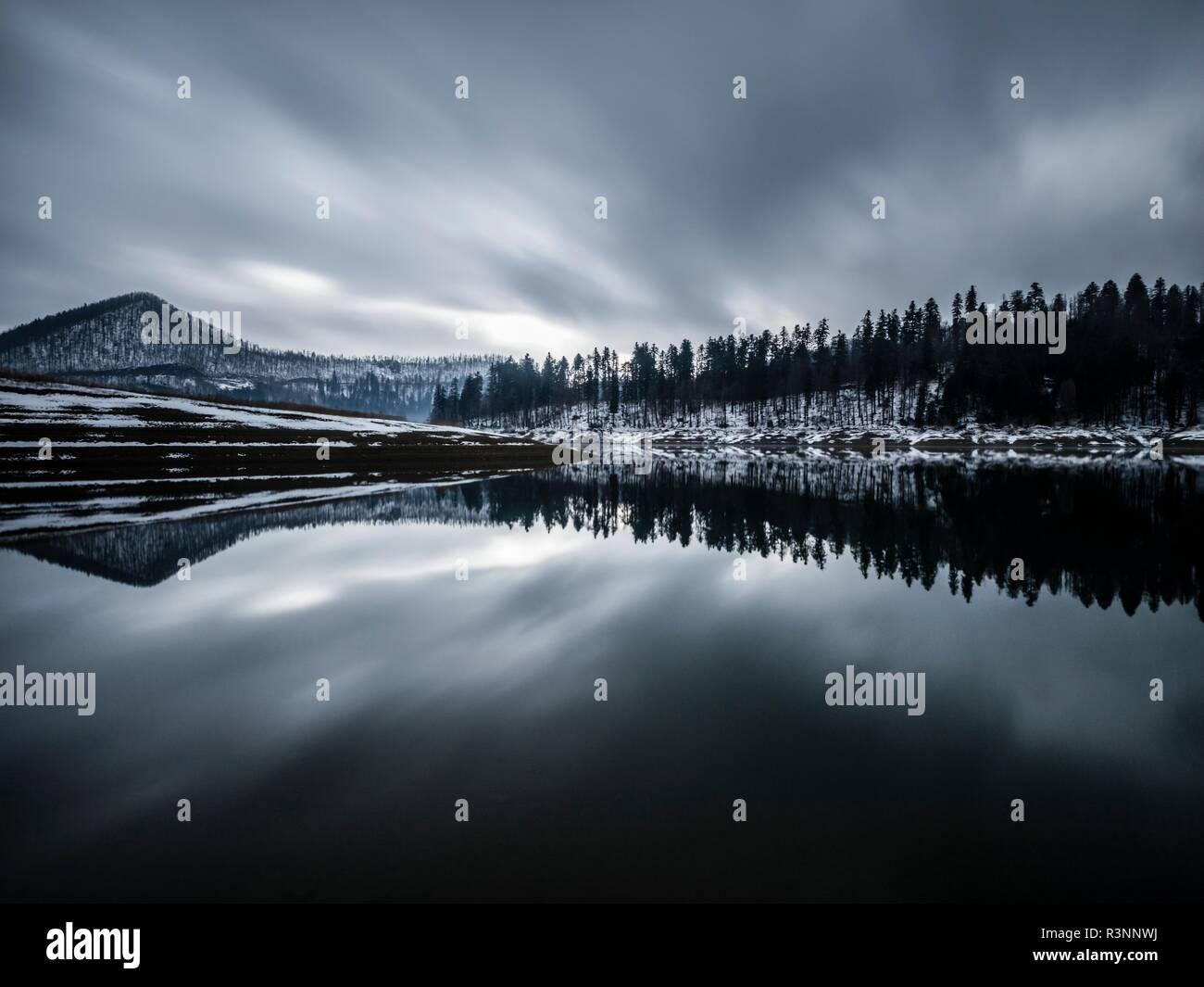 La larga exposición a principios del invierno la nieve en Europa Croacia Lokve destino lacustre Foto de stock