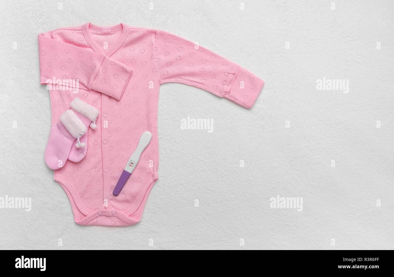 2e64c4fa6 Ropa infantil para los niños. Fotografiado en una ligera manta de felpa.  Imagen De