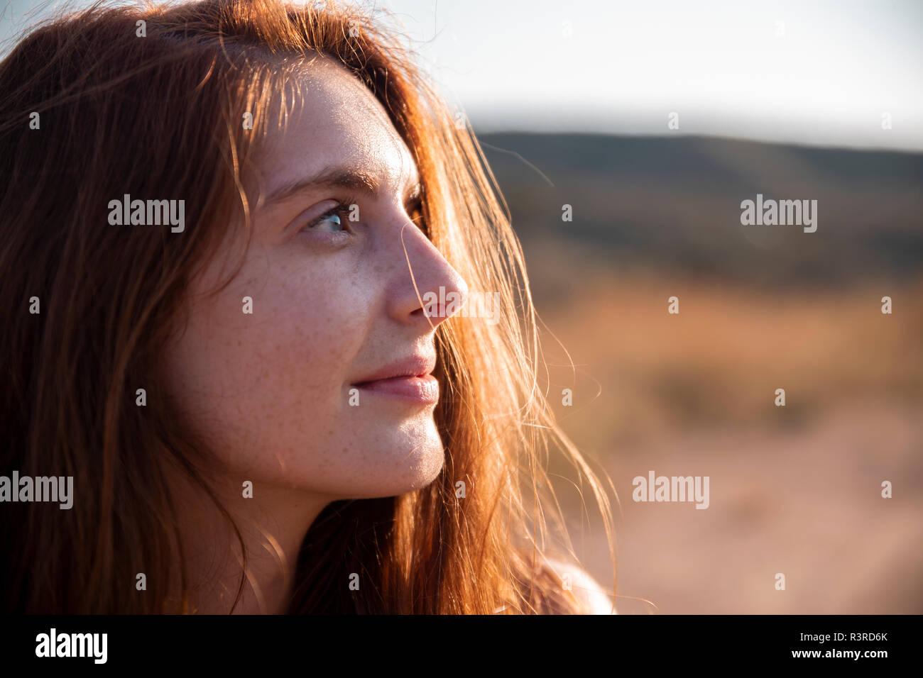 Mujer sonriente con pecas mirando lejos Foto de stock