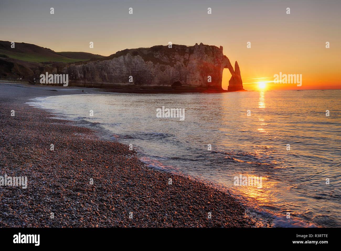 Francia, Normandía, Cote d'Albatre, rock coast de Etretat al atardecer Foto de stock
