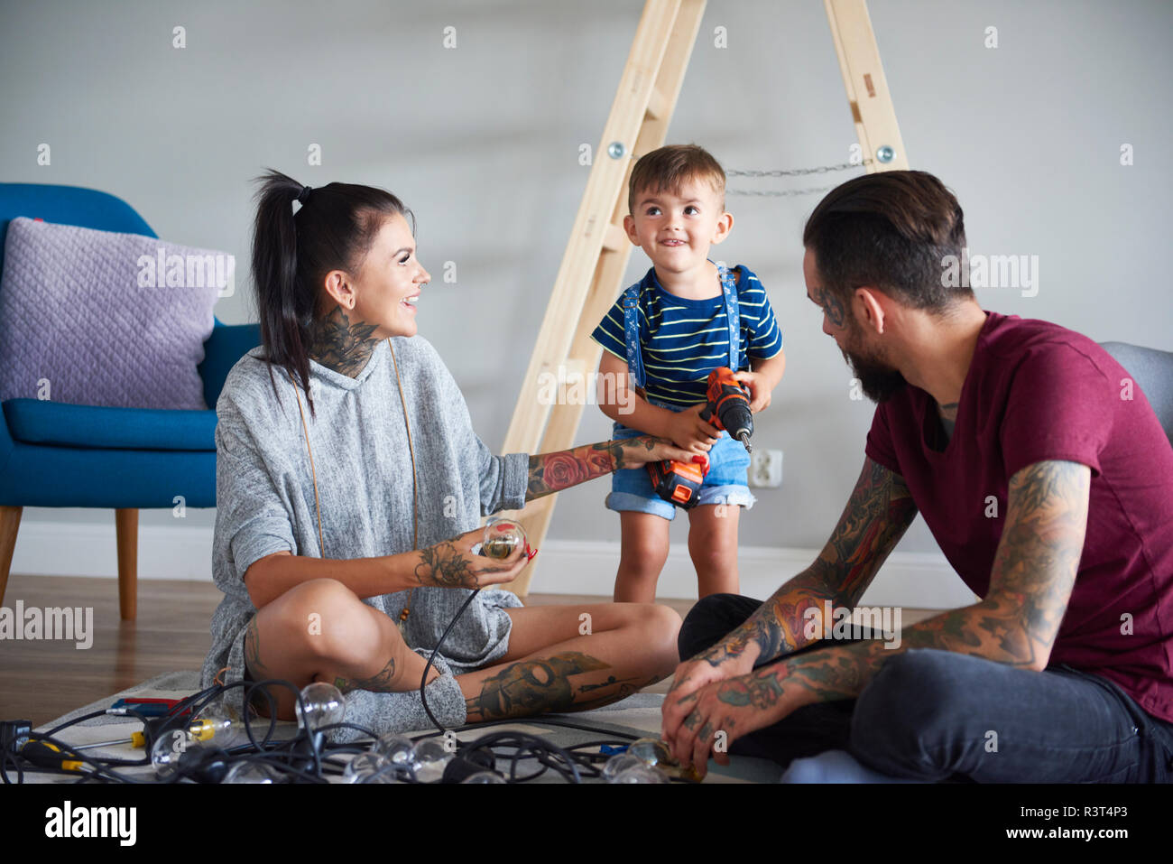 Feliz familia moderna decorar el hogar para Navidad Foto de stock