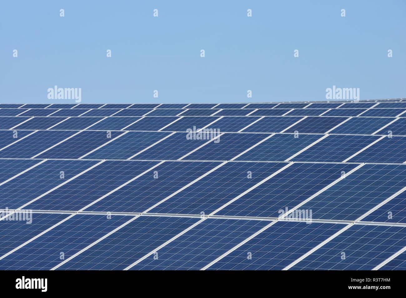 Alemania, en vista del gran número de paneles solares en el campo solar de la planta Imagen De Stock