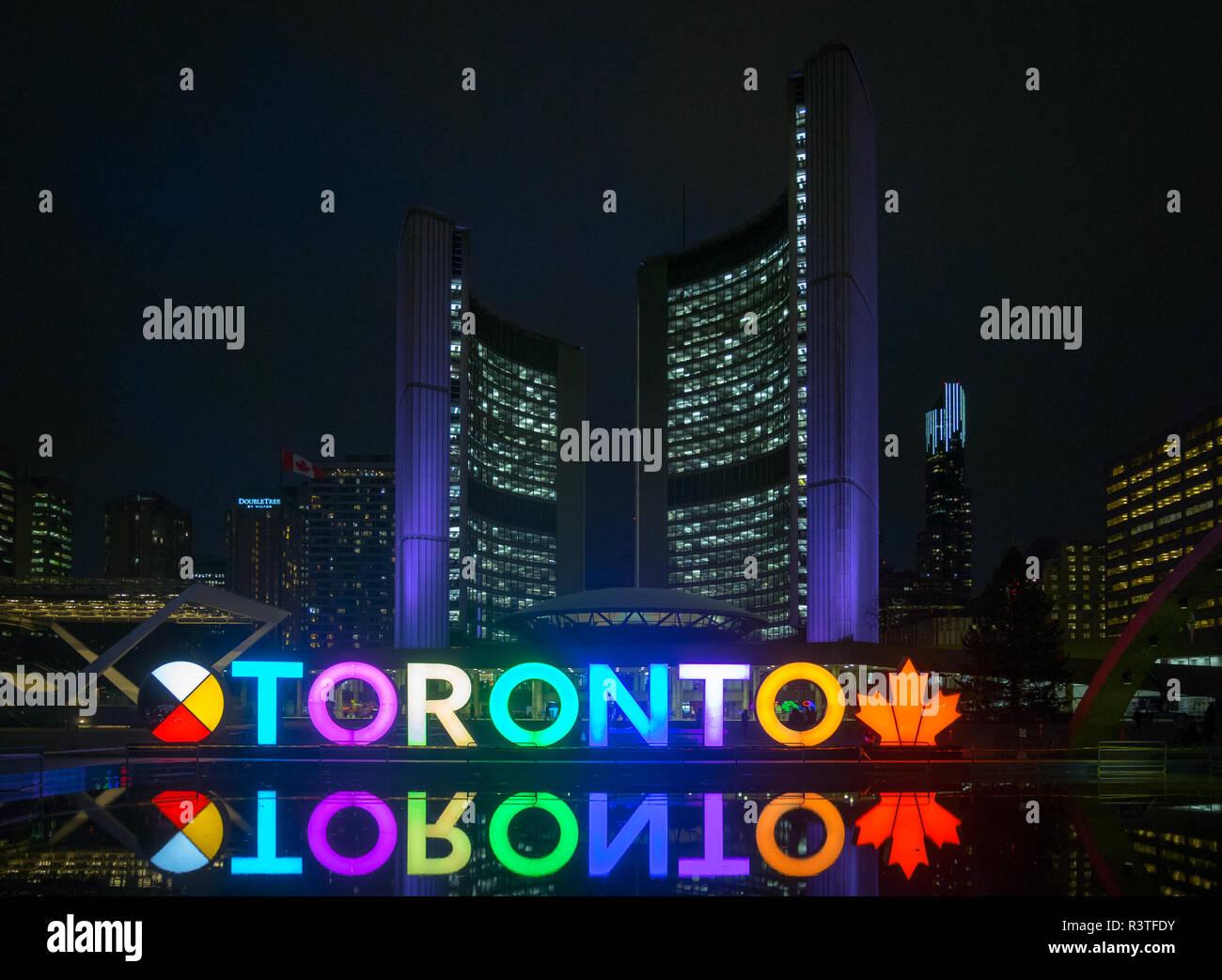 Una vista de noche del 3D, signo de TORONTO Toronto City Hall (Nuevo Ayuntamiento), y Nathan Phillips Square, en el centro de Toronto, Ontario, Canadá. Foto de stock