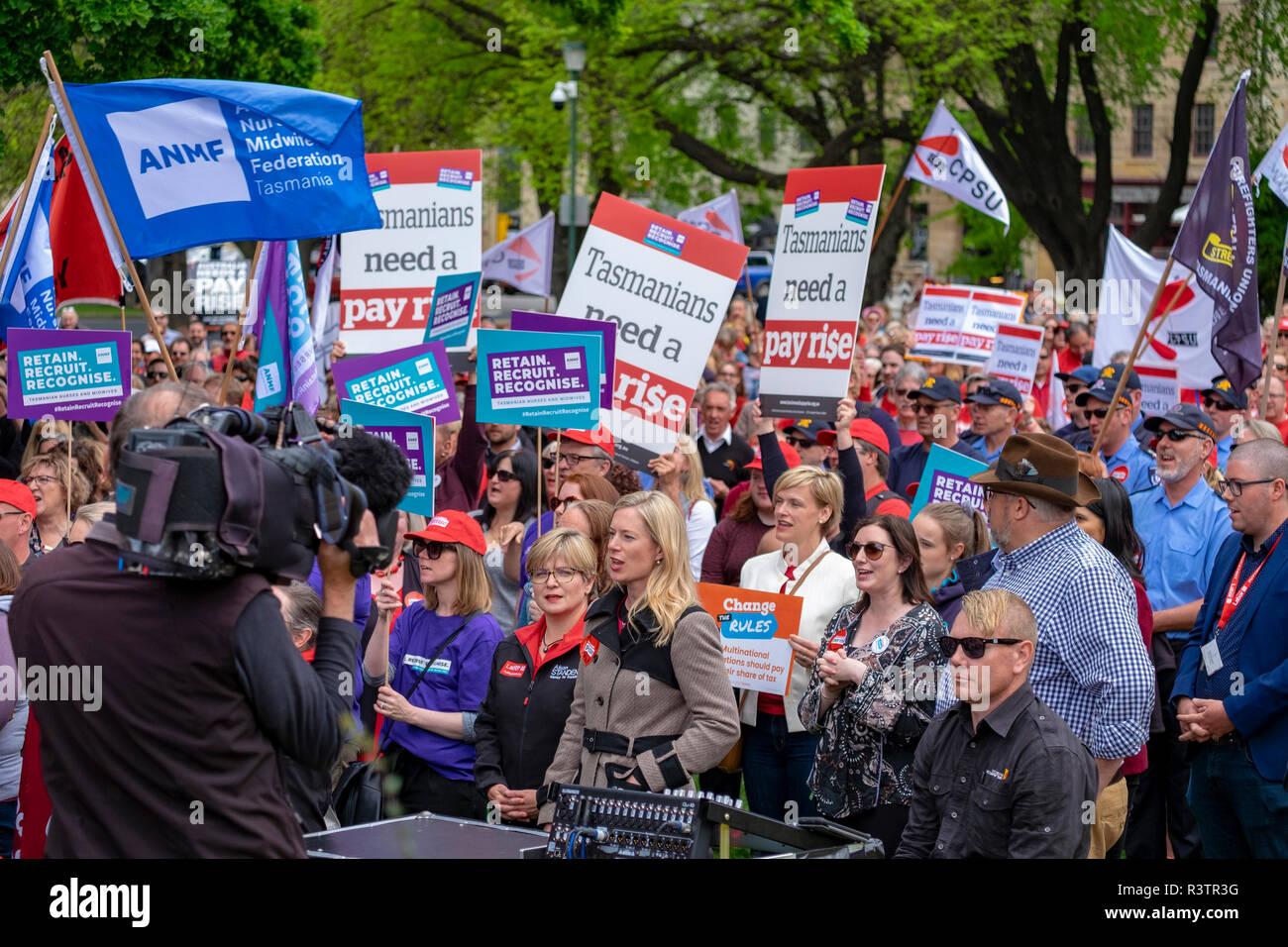 Los funcionarios públicos, maestros y trabajadores de la salud en Hobart, Tasmania protestando fuera del Parlamento exigiendo aumentos salariales. Foto de stock