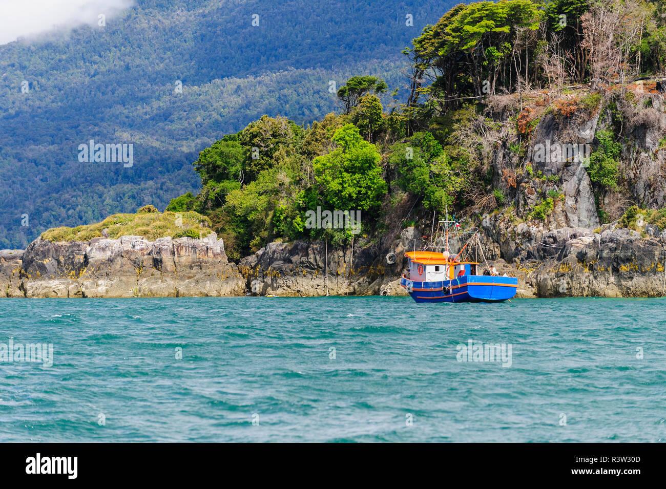 Chile, Patagonia, Lake District. Botes de pesca anclados en el Seno de Reloncaví. Imagen De Stock