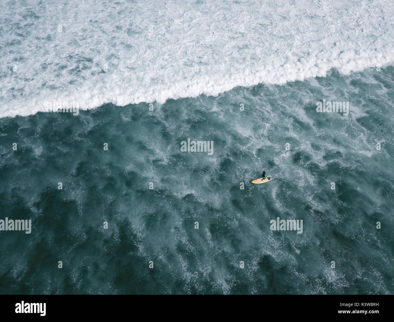 Indonesia, Bali, vista aérea de la playa Balngan, Surfer Foto de stock