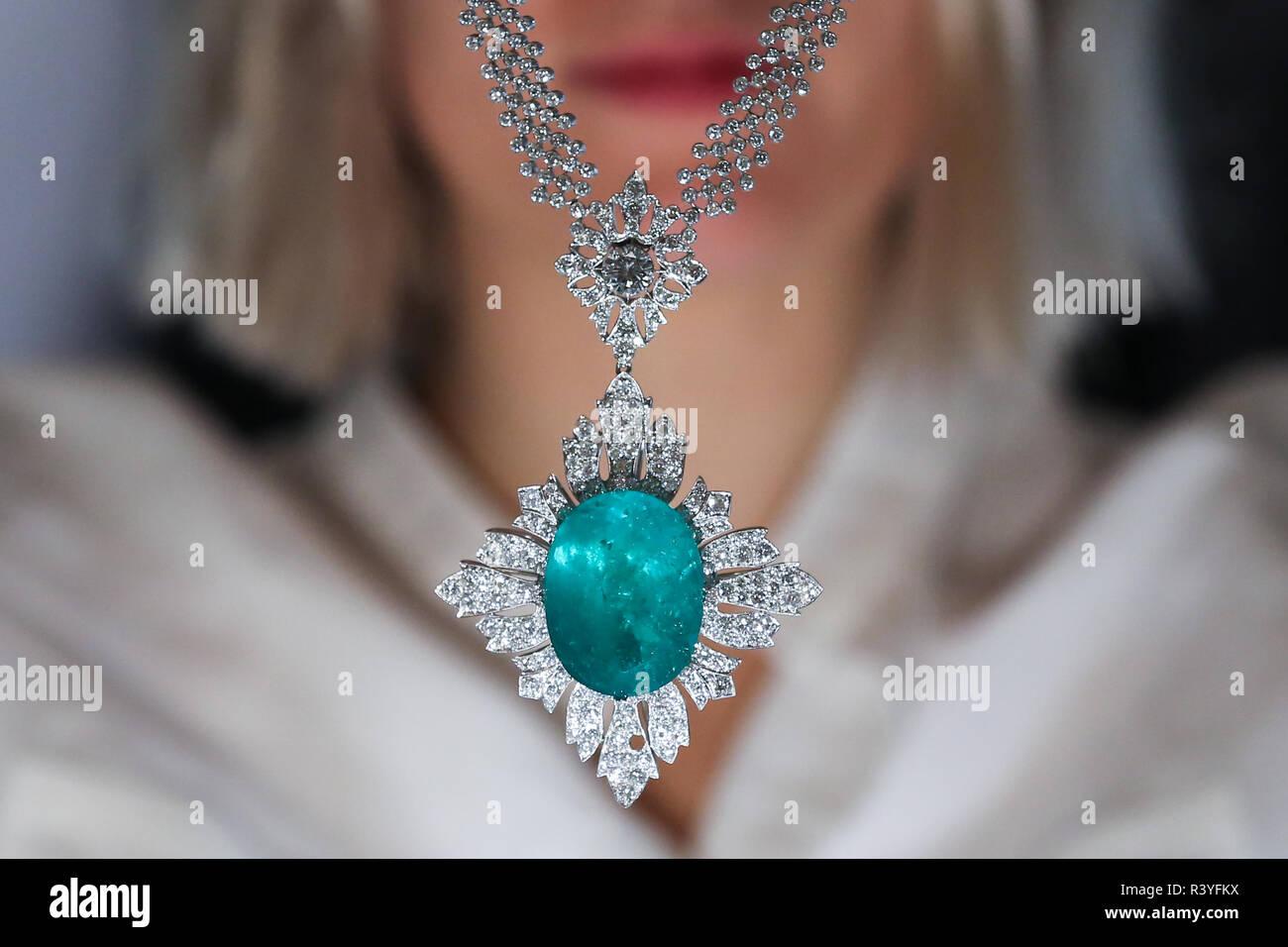 Un técnico es visto sosteniendo un colgante Collar de diamantes y esmeraldas (est - £40.000 - 60.000) a partir de la colección personal Vishnevskaya. La subasta de Rostropovich Vishnevskaya. La Colección Privada toma en Sotheby's de Londres el 28 de noviembre de 2018. Foto de stock