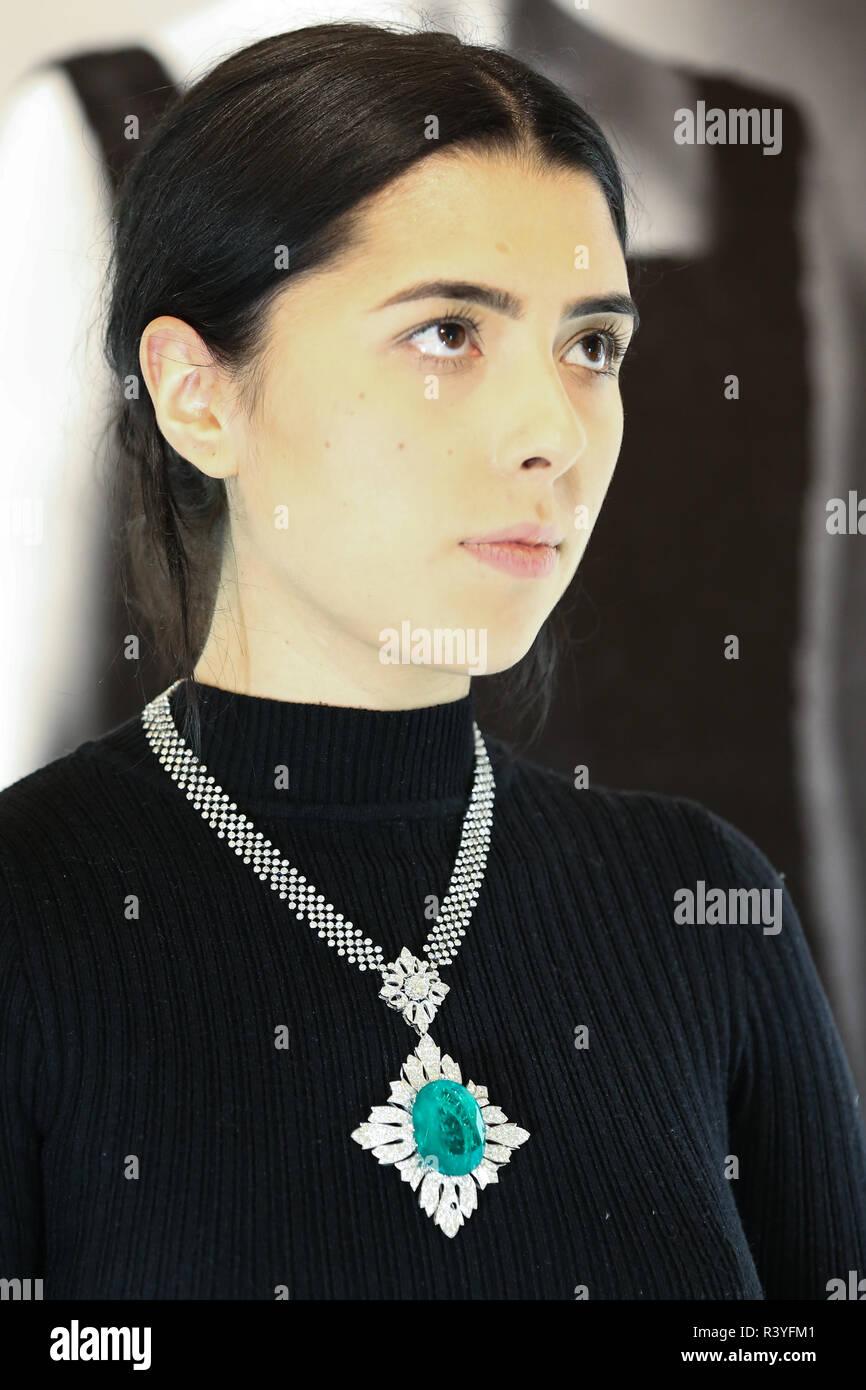 Una mujer es visto portando un colgante Collar de diamantes y esmeraldas (est - £40.000 - 60.000) a partir de la colección personal Vishnevskaya. La subasta de Rostropovich Vishnevskaya. La Colección Privada tiene lugar de Sotheby's en Londres el 28 de noviembre de 2018. Foto de stock