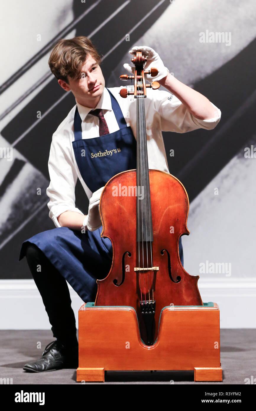 Un técnico se ve puesta Giovanni Battista Guadagnini. Un Cello, Turín, 1783 para mostrar como parte de la colección privada de Rostropovich. (Est - £1.000.000 - 1.500.000). La subasta de Rostropovich Vishnevskaya. La Colección Privada tiene lugar de Sotheby's en Londres el 28 de noviembre de 2018. Foto de stock