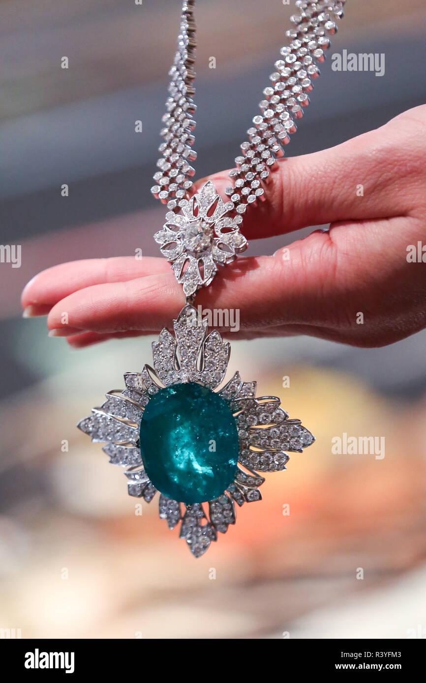 Un técnico es visto sosteniendo un colgante Collar de diamantes y esmeraldas (est - £40.000 - 60.000) a partir de la colección personal Vishnevskaya. La subasta de Rostropovich Vishnevskaya. La Colección Privada tiene lugar en Sotheby's de Londres el 28 de noviembre de 2018. Foto de stock