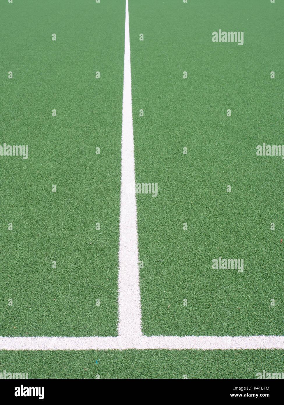Campo de Deportes de líneas blancas en el césped artificial Imagen De Stock
