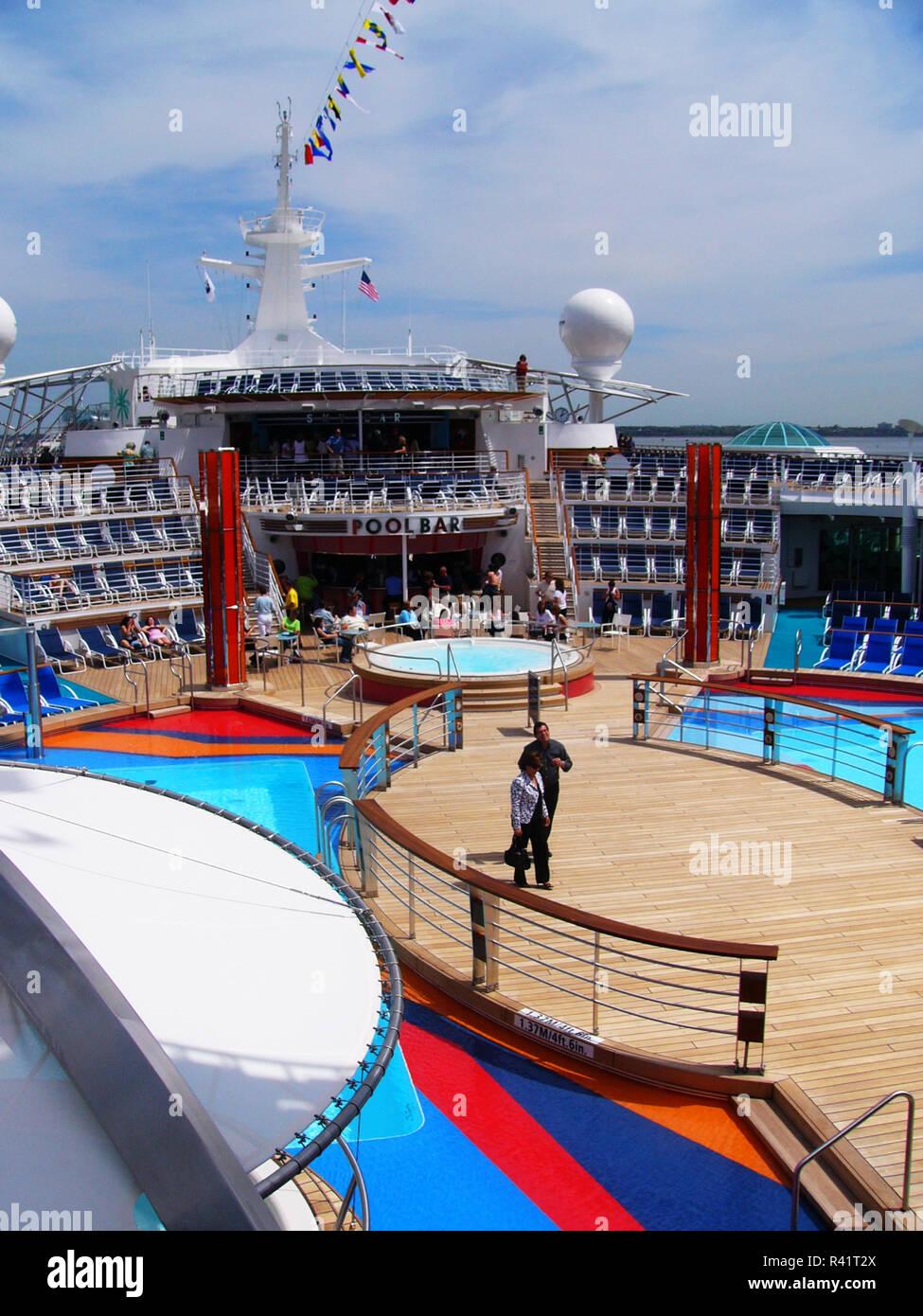 La terraza de la piscina y el bar de la piscina de Royal Caribbean la  libertad edb7568235d2