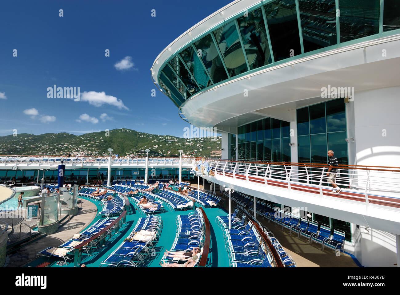 La piscina cubierta en la aventura de Royal Caribbean de los mares en un  crucero. 1ddace27b76f