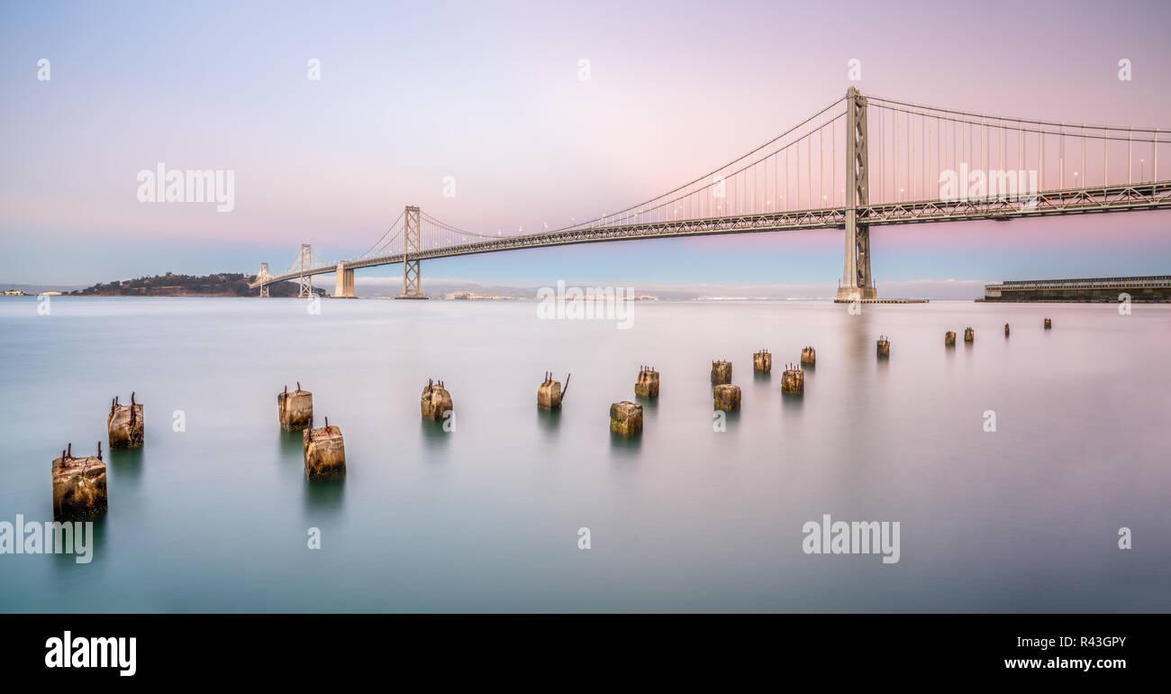 Puente de la bahía se encuentra en California, EE.UU., y conecta San Francisco y Oakland. Su construcción finalizó en 1936 y es uno de los principales lugares de interés de Foto de stock
