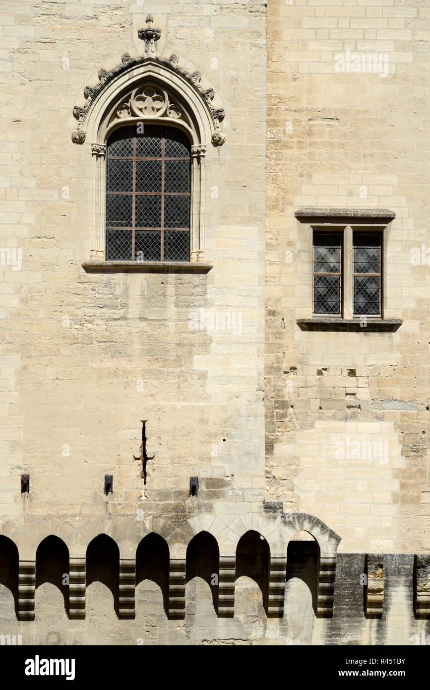 Ventanas góticas en patio interior o de la Cours d'Honneur Palacio de los Papas, el Palais des Papes o Palacio Papal de Avignon Provence Francia Imagen De Stock