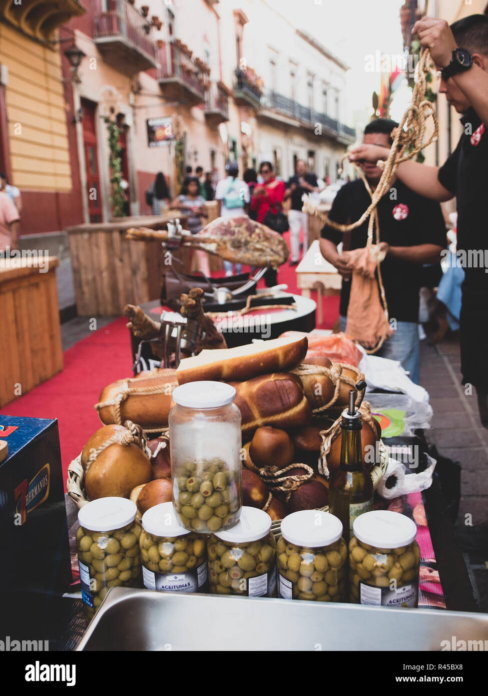 Reunión De Catando Vinos Mexicanos México En Guanajuato Ofreciendo Productos Artesanales De Todo El País Tales Como Vino Queso Pan Jamón Y Mucho Más Fotografía De Stock Alamy