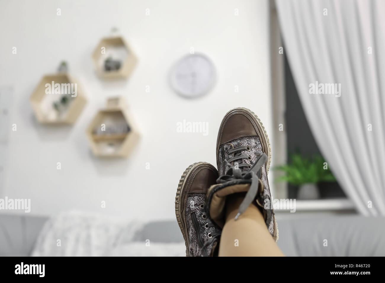 6fc848c6c6 Los pies femeninos con zapatos gris relajante sobre mesa de madera Imagen  De Stock