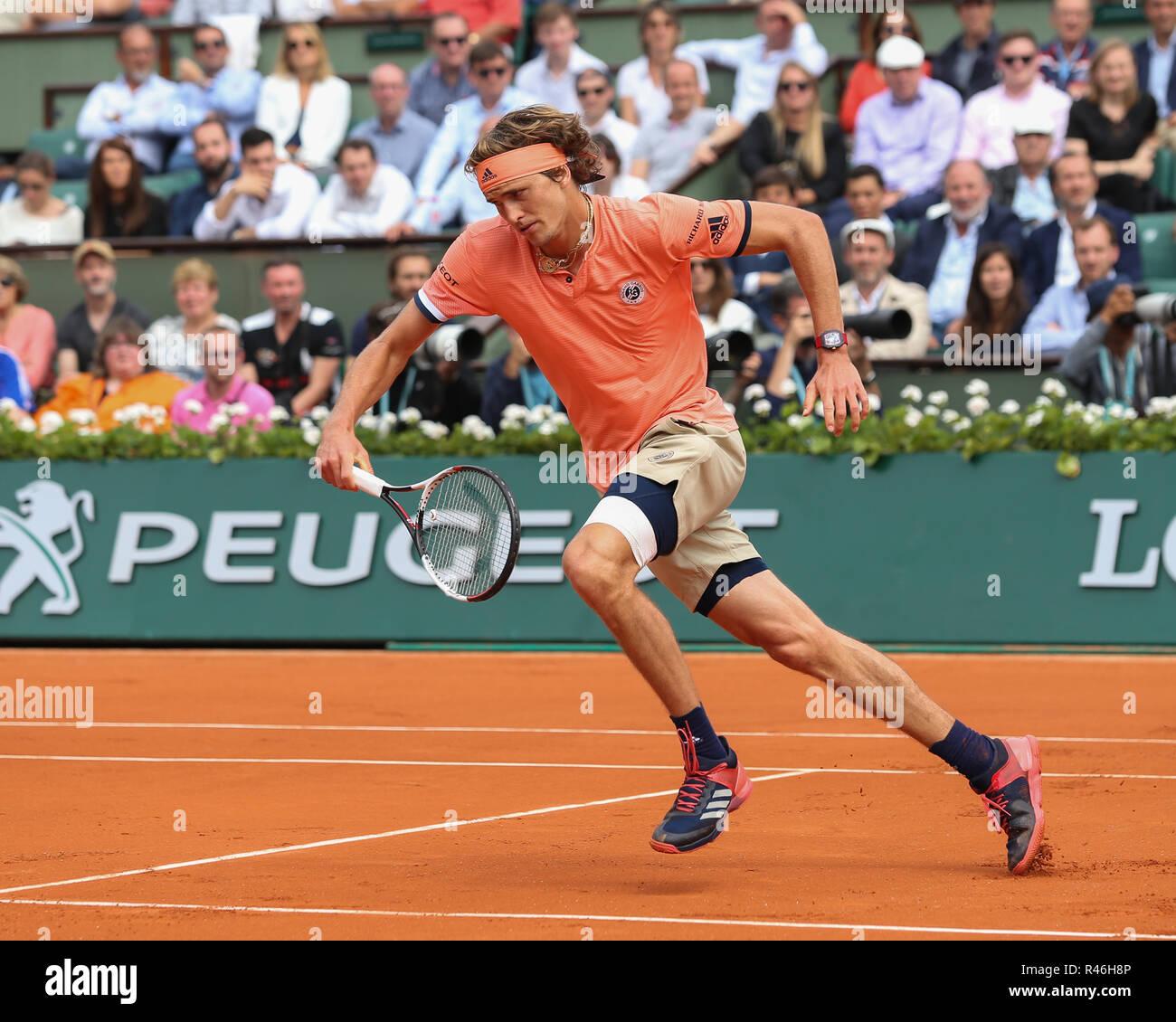 Tenista alemán Alexander Zverev girando hacia adelante durante el torneo de tenis Abierto de Francia 2018, París, Francia Foto de stock