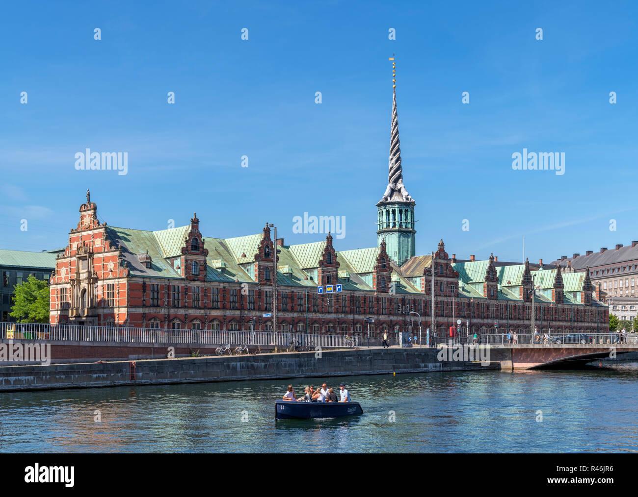 Crucero por el canal Slotholmens mirando hacia la Børsen (la Bolsa), Copenhague, Dinamarca Foto de stock