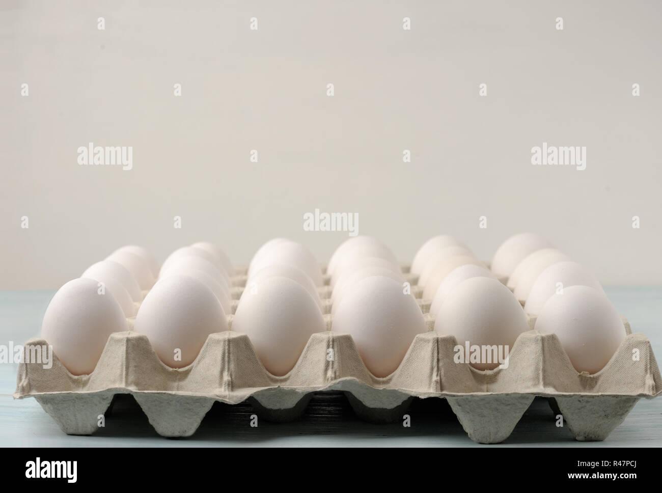 34 huevos frescos en la bandeja de papel . Las bandejas se utilizan generalmente para almacenar huevos frescos de las granjas o en mercados de agricultores. Imagen De Stock