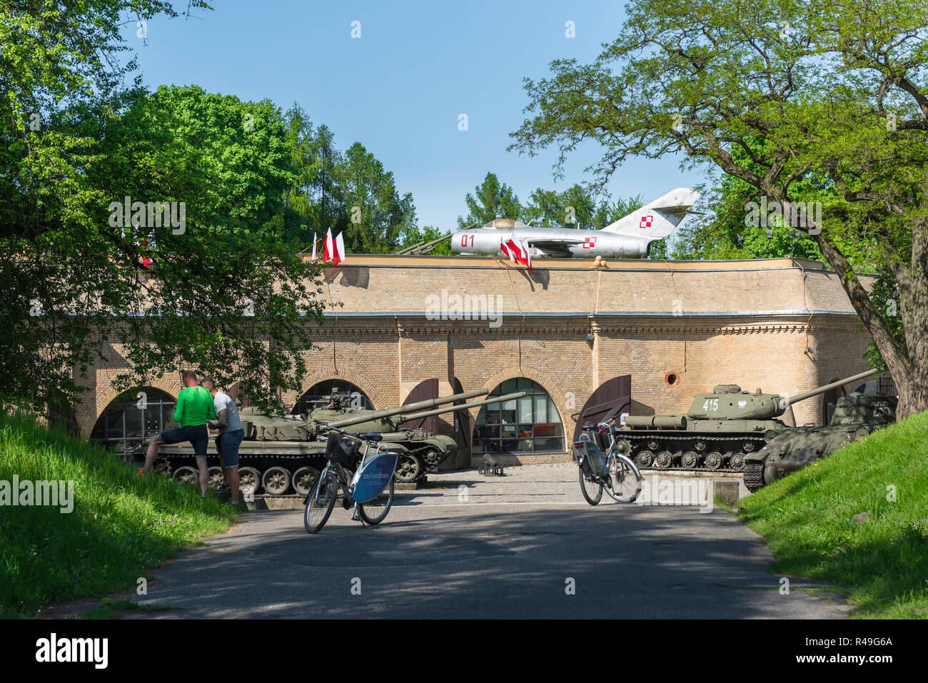 Polonia, Vista exterior del Museo de la guerra fría, tanques y aviones en exhibición en el Museo del Ejército en el Parque de la Ciudadela, en la ciudad de Poznan, Polonia. Imagen De Stock
