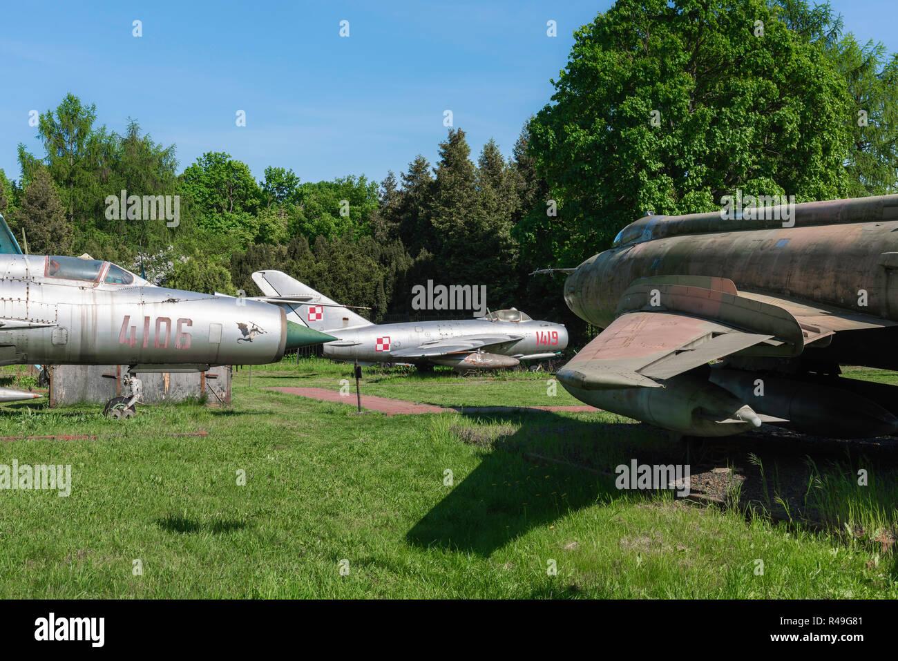 Polonia guerra fría, vista del Pacto de Varsovia era cazas jet aparece en un campo en el Museo de Poznan de armamentos, Polonia. Imagen De Stock