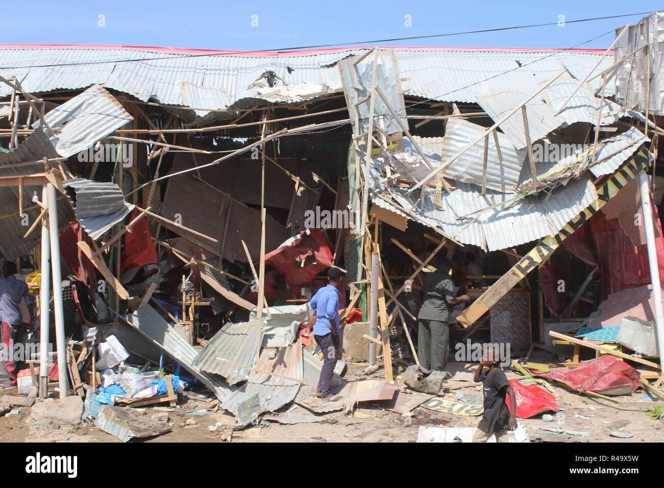 Nairobi. 26 Nov, 2018. Foto tomada el 26 de noviembre de 2018, muestra el sitio de la explosión de un coche bomba en Mogadiscio, capital de Somalia. Al menos 10 personas murieron y otros seis resultaron heridos en la explosión de un coche bomba en un concurrido mercado en el distrito de Wadajir de Mogadishu, la policía y los testigos dijeron el lunes. Crédito: Faisal Isse/Xinhua/Alamy Live News Imagen De Stock
