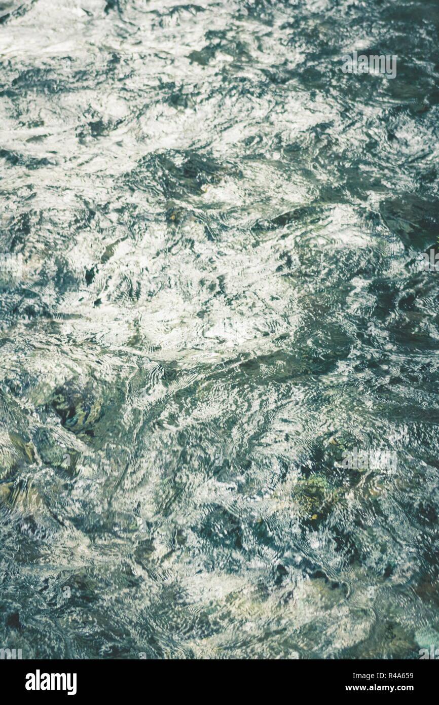 Naturaleza abstracta la imagen de fondo de la clara agua fresca de Waikoropupu Springs, Nueva Zelanda. Foto de stock
