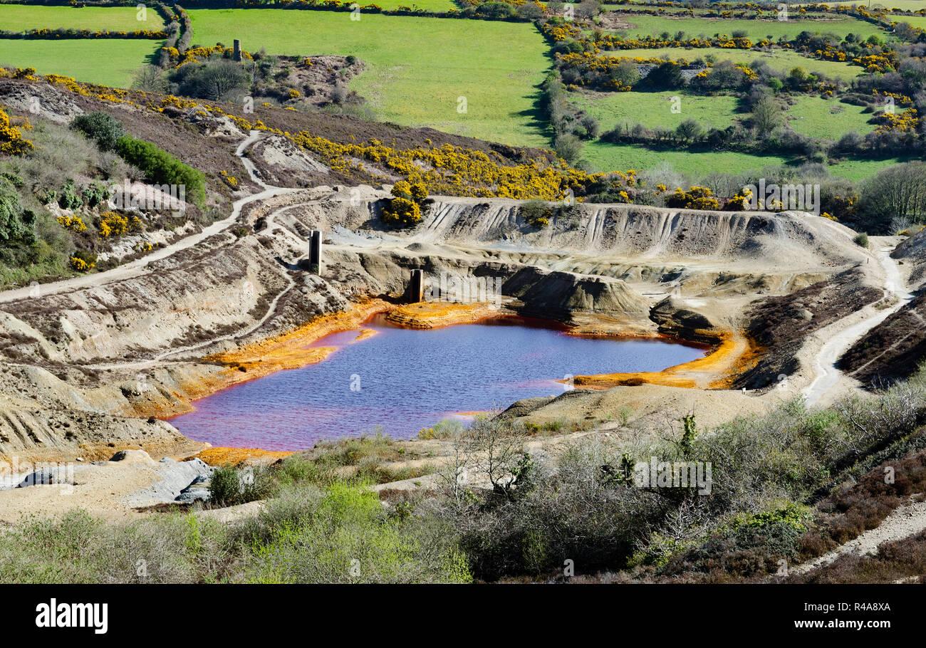 La contaminación industrial, la tierra y el agua contaminada de la mina de estaño antiguo funcionamiento cerca de st.día en Cornwall, Inglaterra, Gran Bretaña, Reino Unido. Imagen De Stock