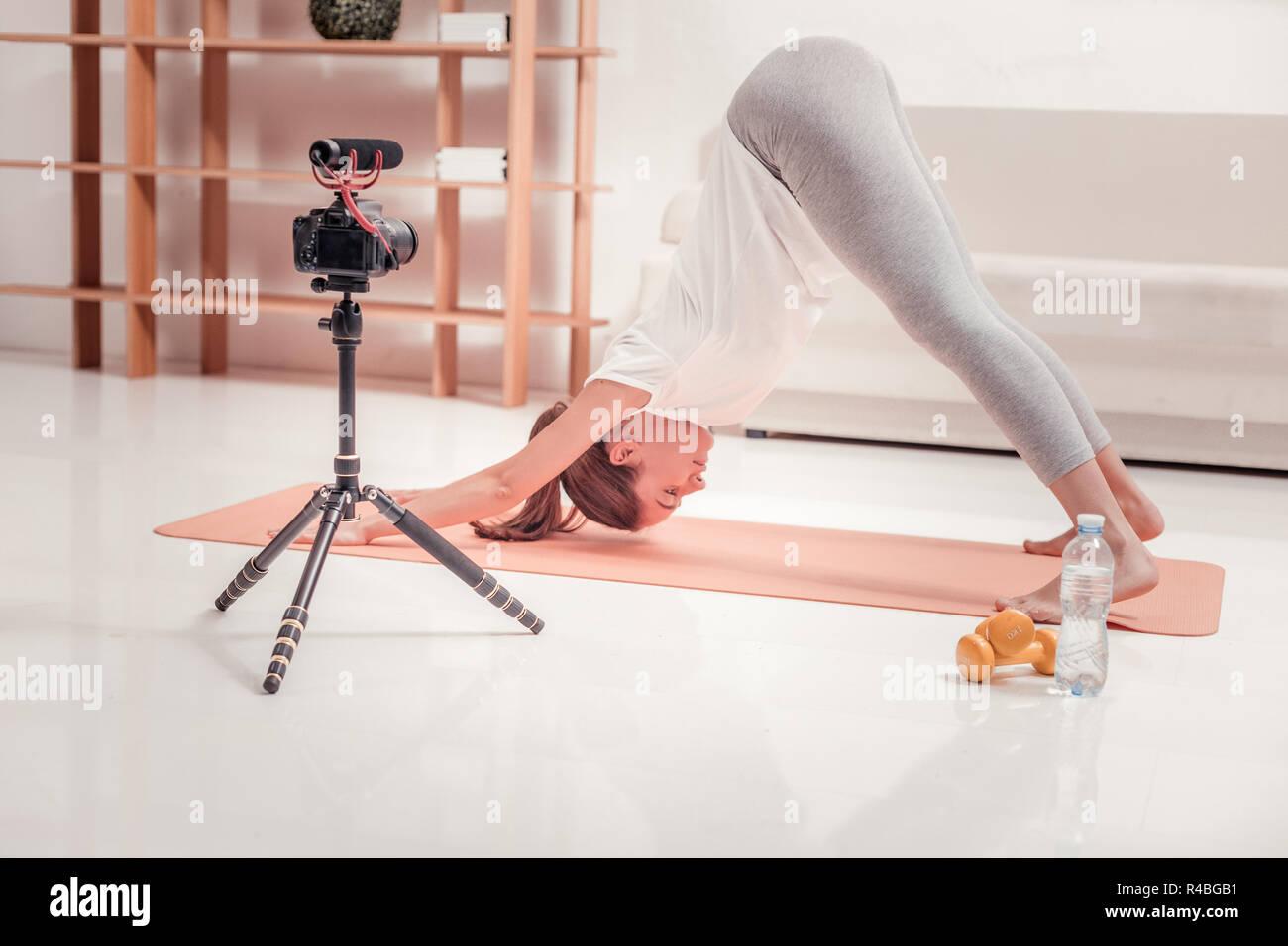 Tren cada día. Señora capacitados haciendo un ejercicio, mientras que con un entrenamiento matinal Imagen De Stock
