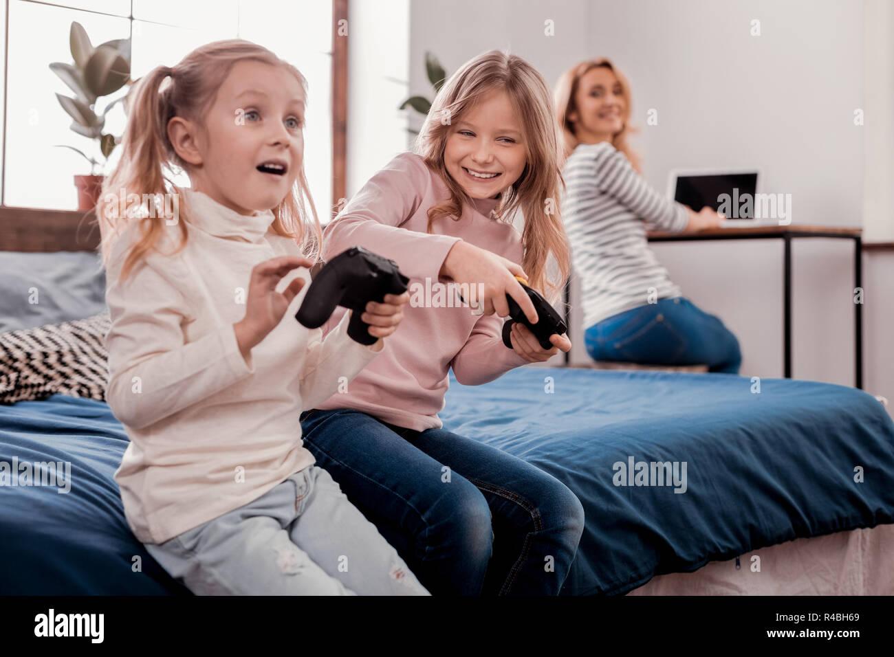 La vida de cada día. Sweet cute niños jugando juegos mientras quedándose en casa Imagen De Stock