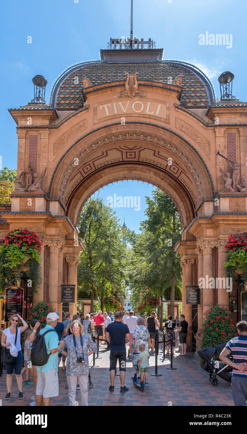 Entrada principal a los jardines de Tivoli en Vesterbrogade, Copenhague, Zelanda, Dinamarca Foto de stock
