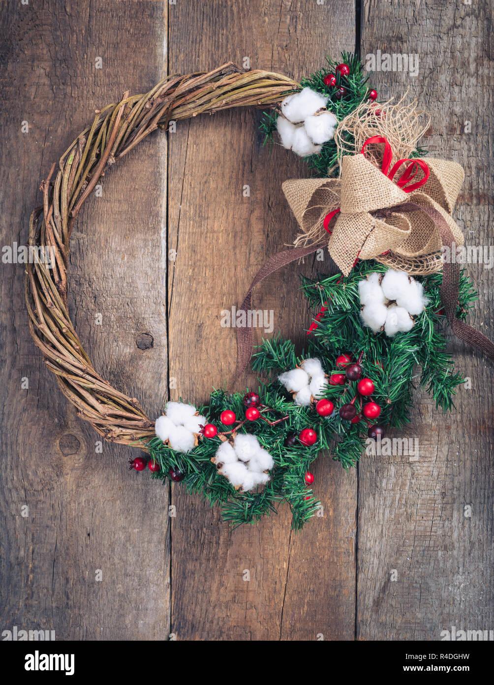 Corona De Navidad Hecha A Mano En Una Puerta De Madera Rústica Fotografía De Stock Alamy
