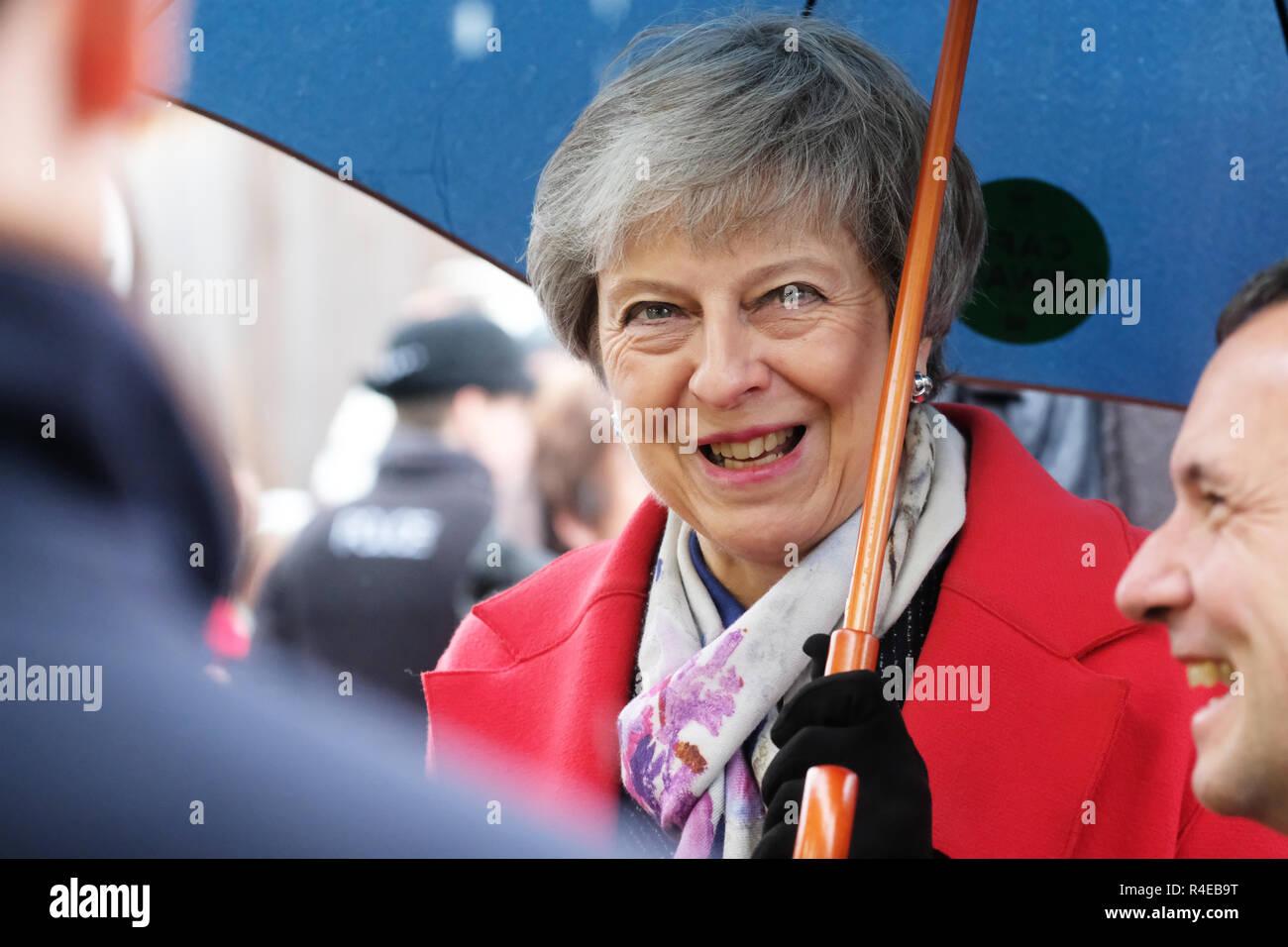 Royal Welsh Showground, Builth Wells, Powys, Gales - Martes, 27 de noviembre de 2018 - El Primer Ministro Teresa mayo Visita el Royal Welsh Winter Fair en la lluvia mientras ella comienza su gira por el Reino Unido para vender su Brexit frente al público en el REINO UNIDO - Crédito: Steven Mayo/Alamy Live News Imagen De Stock