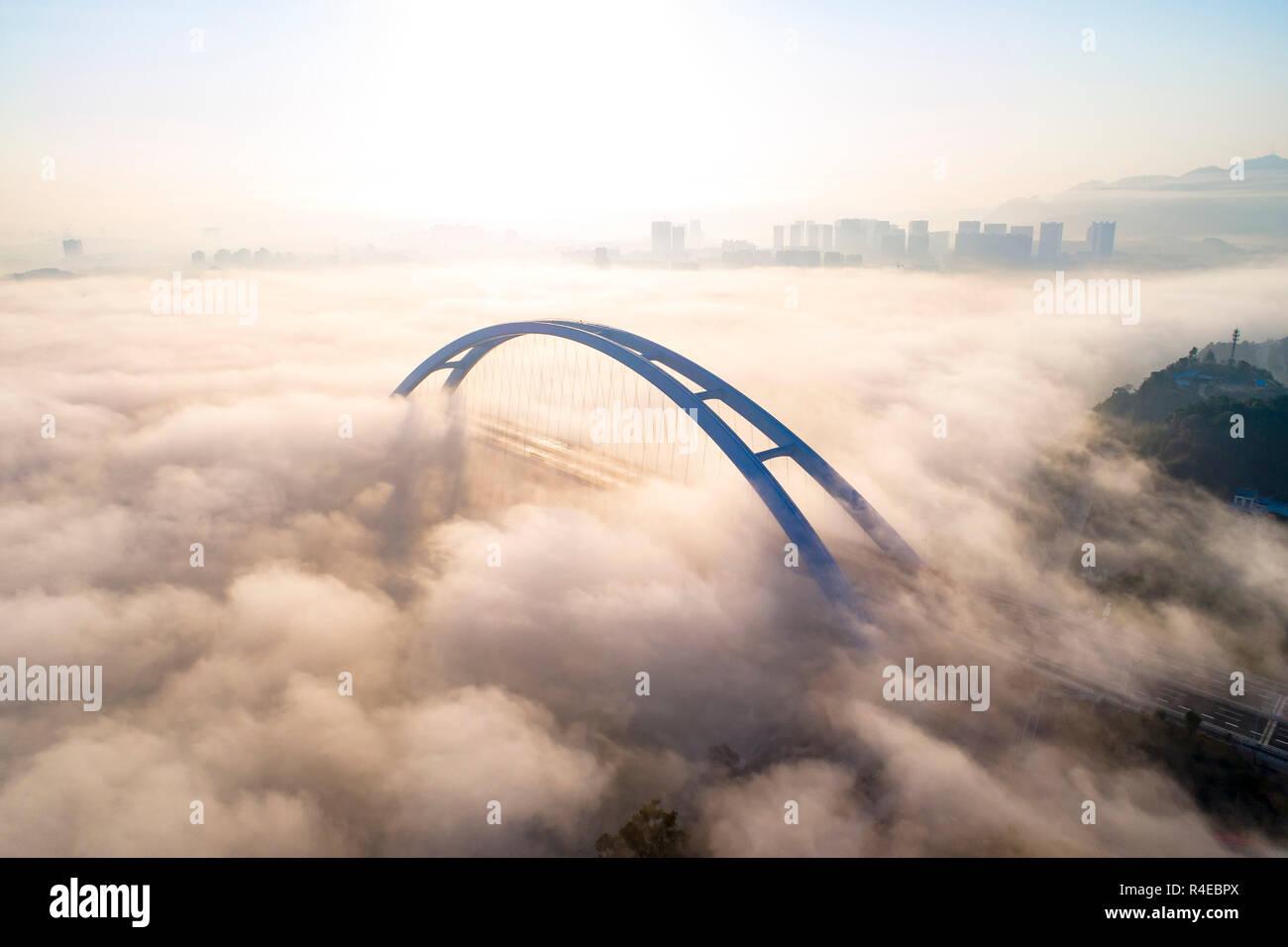 Liuzhou. 27 Nov, 2018. Foto aérea tomada el 27 de noviembre de 2018, muestra el puente Guantang en Liuzhou, sur de China, en la Región Autónoma de Guangxi Zhuang. El puente, que se extiende a lo largo de una distancia de 457 metros, se abrió al tráfico el martes. Crédito: Li Bin/Xinhua/Alamy Live News Imagen De Stock